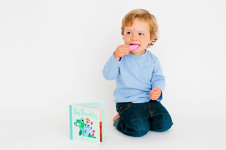 絵本のキャラクターが歯磨きしてくれる! 歯ブラシつき絵本が発売