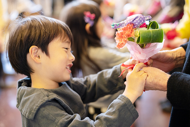 実母・義母にプレゼント! 親子で母の日の手作りブーケを作ってみよう! ~日比谷花壇が伝授