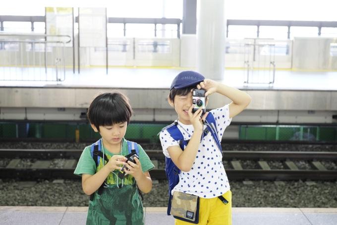夏休みにおすすめ。スマホネイティブの子どもにあえて「使い捨てカメラ」の体験を【ママカメラマンのスマホ写真術・1】