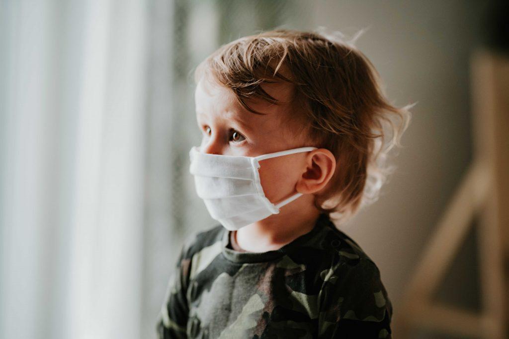 子どものマスクに要注意!熱中症や呼吸困難のリスクが高まるワケとは?