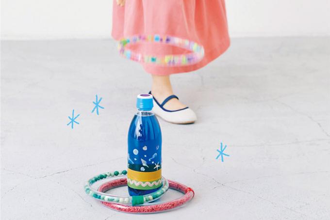 ペットボトルでとホースで「キラキラ輪投げ」づくり。おうち遊びのアイディア