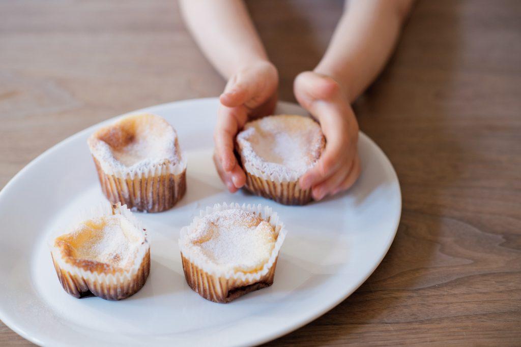 混ぜて焼くだけ!もっちり食感のプチケーキ「ファーブルトン」【最新号からちょっと見せ】
